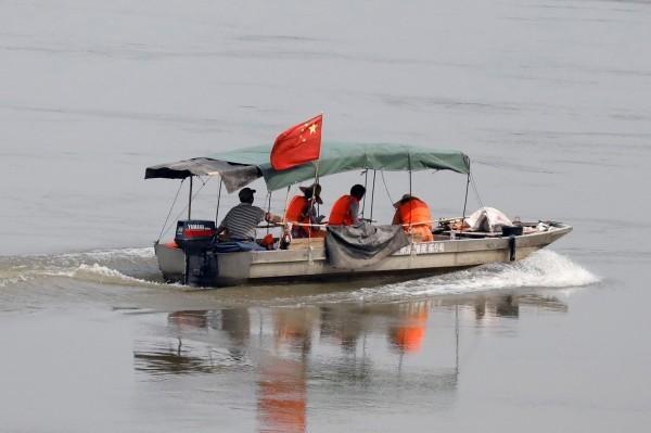 中國地質專家在寮國和泰國邊境的湄公河上進行調查。(路透)