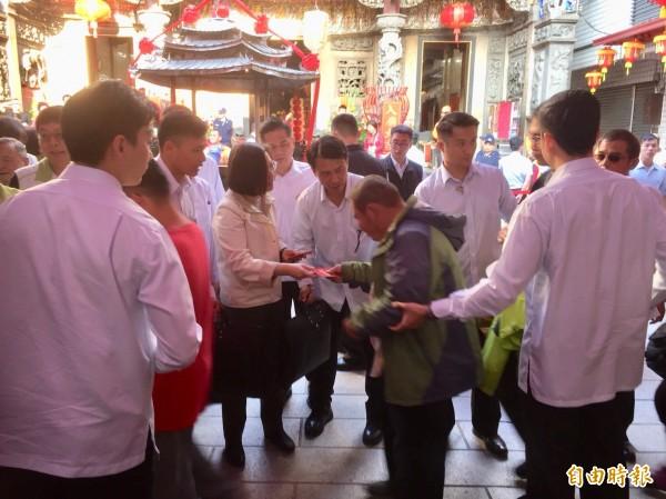 廟方表示,排隊領紅包人龍長達兩公里,顯示鄉親對小英總統的支持熱度。(記者陳璟民攝)