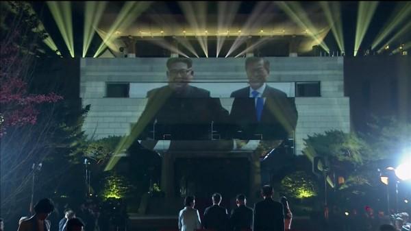 晚宴結束後在「和平之家」樓外則舉行了歡送活動,和平之家的外牆則投影了今日的回顧照片,最後在象徵南北韓統一的「半島旗」中宣布活動結束。(路透)