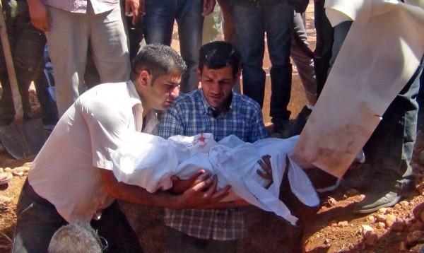 庫迪抱著他不幸罹難的孩子。(歐新社)