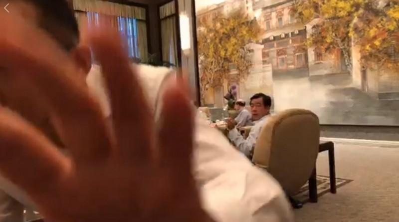柯文哲幕僚在柯文哲會晤劉結一時直播,被中方人員阻擋。(圖擷取自柯文哲臉書)