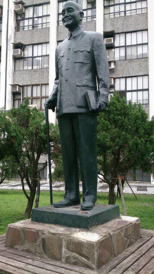 輔大被布置的蔣公銅像已被校方清除乾淨。(照片由讀者提供)