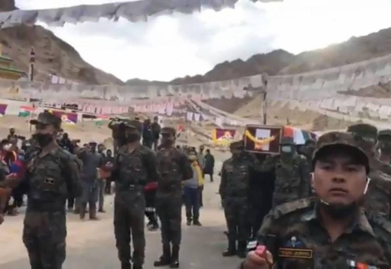圖為印度軍方為西藏裔官兵尼瑪送行,棺木覆蓋印度國旗與雪山獅子旗。(圖取自Aditya Raj Kaul推特)
