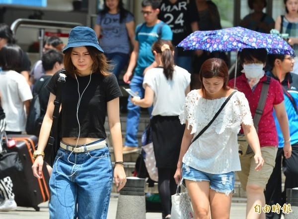 台灣北部海面今(22)日仍有鋒面,中部以北將持續有短暫陣雨或雷雨,其他地區也有局部短暫陣雨或雷雨,上午各地降雨不多,午後降雨機率則較高,各地高溫則維持29至32度。(資料照)
