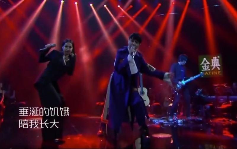 天后蔡依林日前上中國歌唱節目「歌手總決賽」表演新歌「怪美的」,有網友眼尖看出有些歌詞在中國的限令下再度被竄改,大嘆「說個笑話:中國有創作自由」。(圖片擷取自臉書粉絲專頁「Jolin's Fans Club & 依林520」)