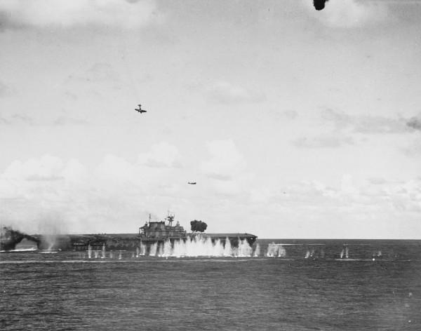 在聖克魯斯群島海戰中,遭日機密集攻擊的「大黃蜂號」。(圖擷自維基百科)