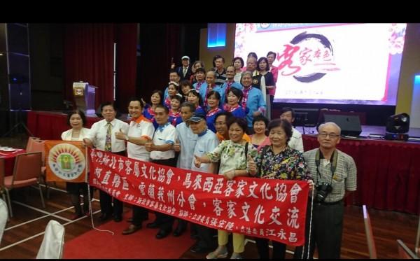 新北市客屬文化協會日前組團前往馬來西亞與客屬團體文化交流,當地的客家文化團體重視來訪,雙方交流熱絡。(圖由陳元勳提供)