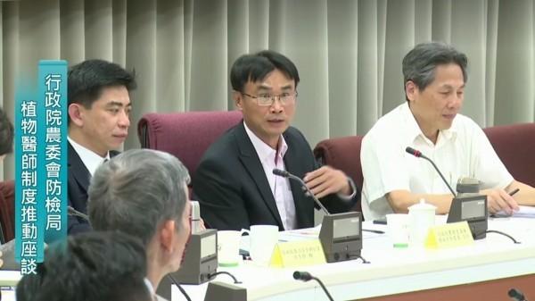 今年4月農委會副主委陳吉仲(右二)高分貝狠批食藥署「沒有專業」、「對氟派瑞錯誤的認知!」(記者吳欣恬翻攝)