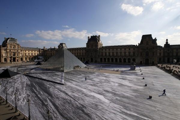 法國藝術家JR為慶祝羅浮宮金字塔30周年,推出作品《大金字塔的祕密》。(美聯社)