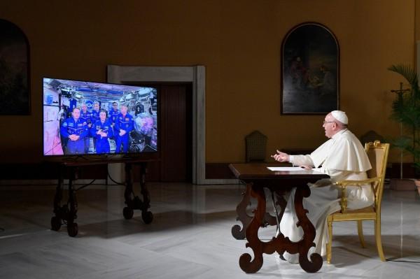 太空人對教宗表示,每當我們知道得越多,就會發現我們有多無知。(美聯社)