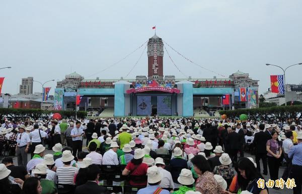 總統就職典禮,聚集許多民眾。(記者王藝菘攝)