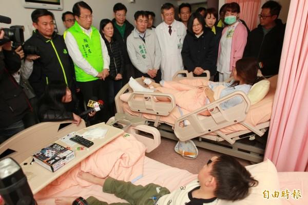 蔡英文到奇美醫院探視震災傷患吳蕙珊與5歲兒子胡瑞恆。(記者洪瑞琴攝)