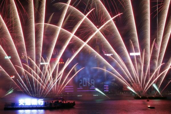香港以絢爛煙火迎接2019年。(美聯社)