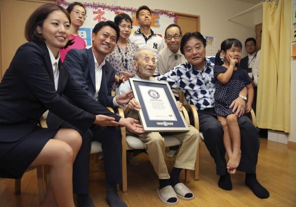 小出保太郎榮獲金氏世界紀錄認證,成為「世界年紀最長的男性」。(美聯社)