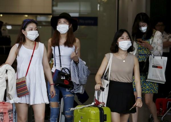一名到南韓交換的香港城市大學學生,上課時不願拿下口罩,遭南韓教授斥責「不要把敏感情緒帶來南韓」,還被趕出教室。(路透)