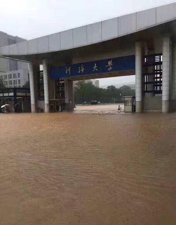 中國近日接連迎來強降雨,南京在週六時更迎來全城暴雨,位於南京市的河海大學更成為名副其實的「河海」大學。(圖擷自搜狐網)