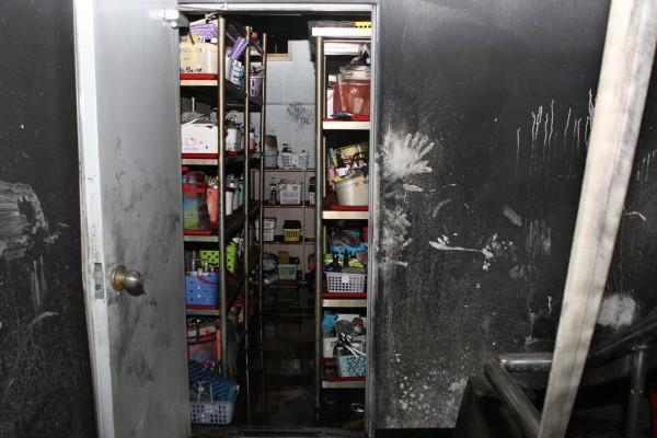 南韓堤川市一棟健身中心21日發生大火, 牆上的黑白手印,見證20名女性在三溫暖室內遭活活燒死。(圖擷自《朝鮮日報》)