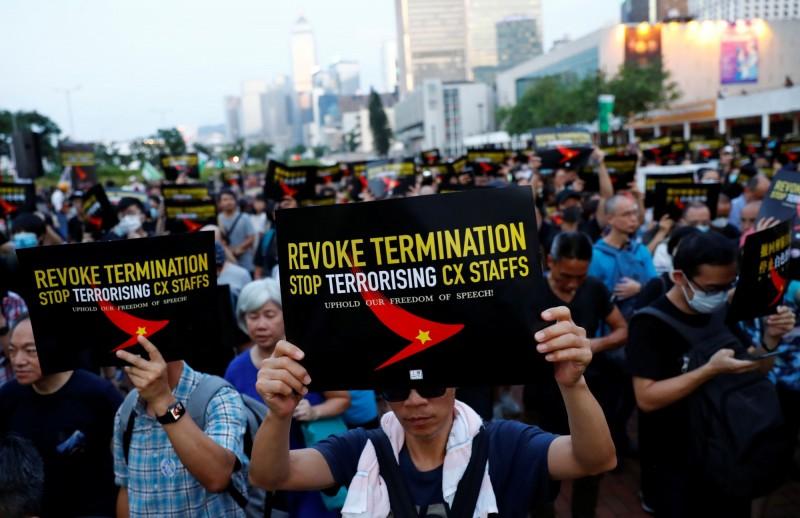 香港職工盟今(28日)在愛丁堡廣場發起集會,抗議國泰航空開除參加或支持反送中運動的員工,現場近千人響應。(路透)