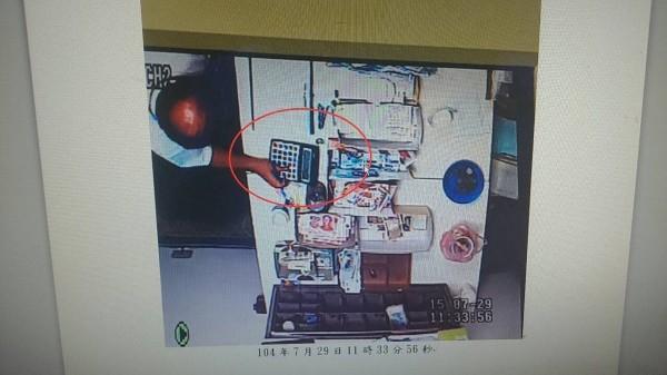 李姓行員涉嫌侵佔100美元,過程被監視器錄下。(記者劉慶侯翻攝)
