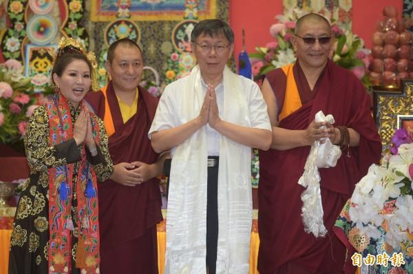 資深媒體人余莓莓大酸柯文哲根本是「政治圈妙禪」。圖為台北市長柯文哲25日出席2018西藏宗教文化展,法王為柯披上哈達。(記者張嘉明攝)