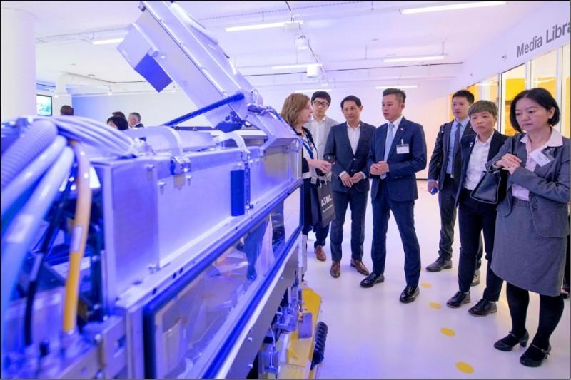 荷蘭是外資對台灣投資第一大國,2016年艾司摩爾轉投資漢微科1020億元。圖為新竹市長林智堅3月率團出訪荷蘭,參觀艾司摩爾總部。(資料照)