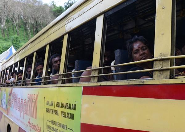 信徒搭乘公車前往沙巴瑞瑪拉廟。(法新社)