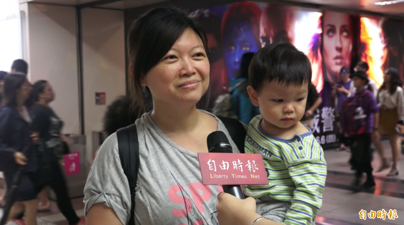帶著小朋友的媽媽表示,「好孕吊飾」比起之前配戴的貼紙更加顯眼,但是LED燈可能會造成不環保的情況。(記者胡姿霞攝)