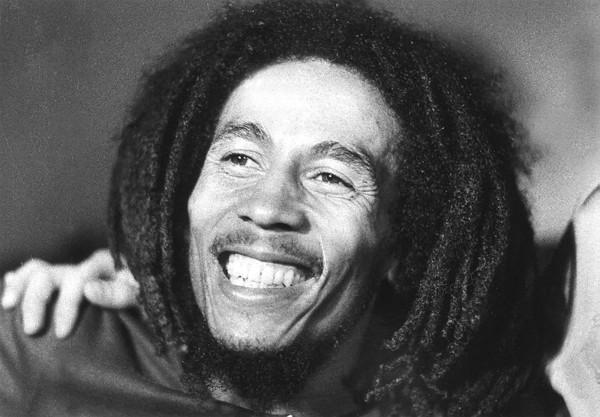 源自牙買加的雷鬼音樂被聯合國教科文組織列入「無形文化遺產」,圖為被尊稱為「雷鬼之父」的巴布·馬利(Bob Marley)在1976年拍攝的資料照,他所創作的雷鬼音樂成功的打入西方主流音樂,並對全球流行音樂產生巨大的影響。(法新社)