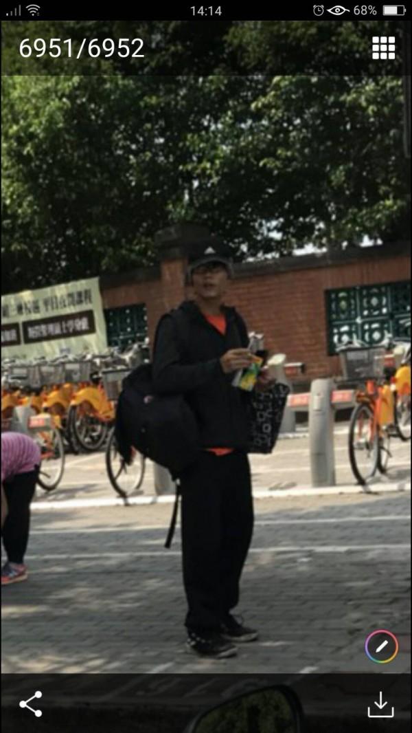 內湖擄童怪男在三峽出沒,被網友拍下PO網警告大家。(記者陳薏云翻攝)