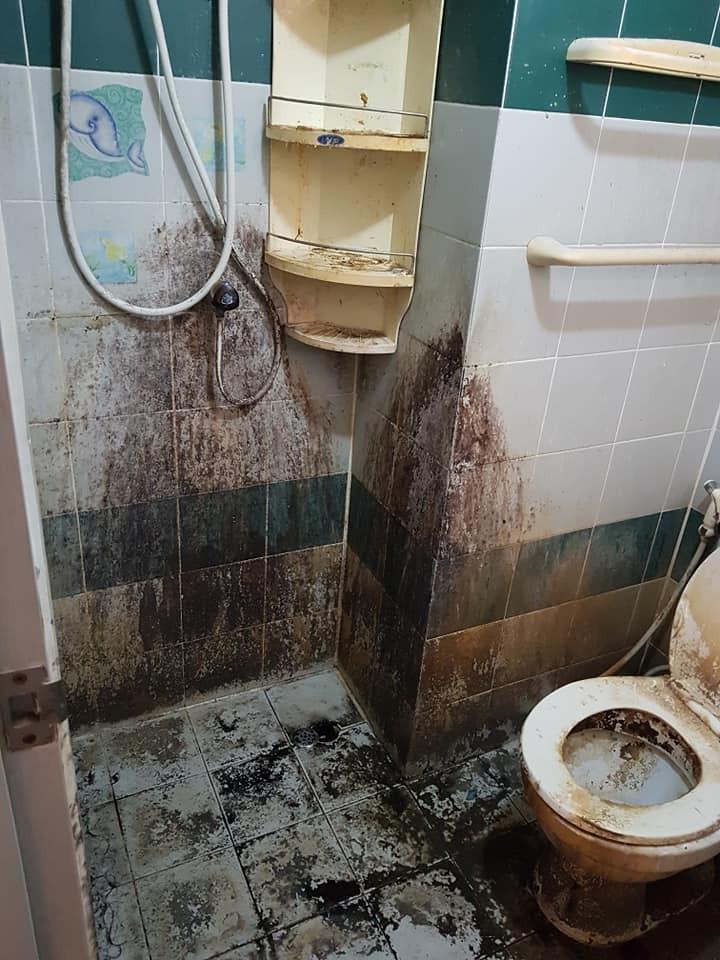 納塔莉po出「房子佈滿汙垢的」的照片,其中廁所的景象最為怵目驚心,廁所牆面到處都是汙垢,像是從沒有打掃過,一進門還聞到陣陣的「惡臭」。(圖翻攝自Nathalie Ruangdet臉書)