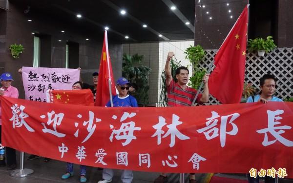 台北市長柯文哲22日宴請中共上海市委統戰部長沙海林等一行,愛國同心會成員在台北市政府大門迎接。(記者簡榮豐攝)