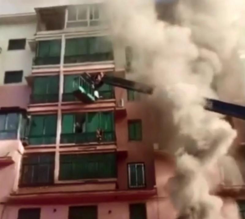中國遼寧省撫順市公寓大火,19歲少年開來吊車當成雲梯車,陸續救出14人。(圖擷自微博)