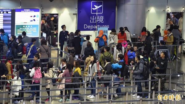 桃機場日前獲得Skytrax頒發「世界最佳機場服務人員」及「亞洲最佳機場服務人員」兩大獎,蔡英文今日也在臉書祝賀,並說:「就連天空,都不是我們的極限!」(資料照,記者劉信德攝)