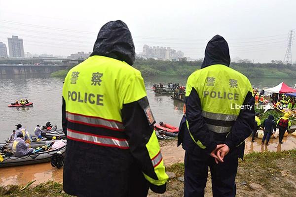 復興航空空難5日早上七點救難人員開始進行搜救作業。(記者王藝菘攝)
