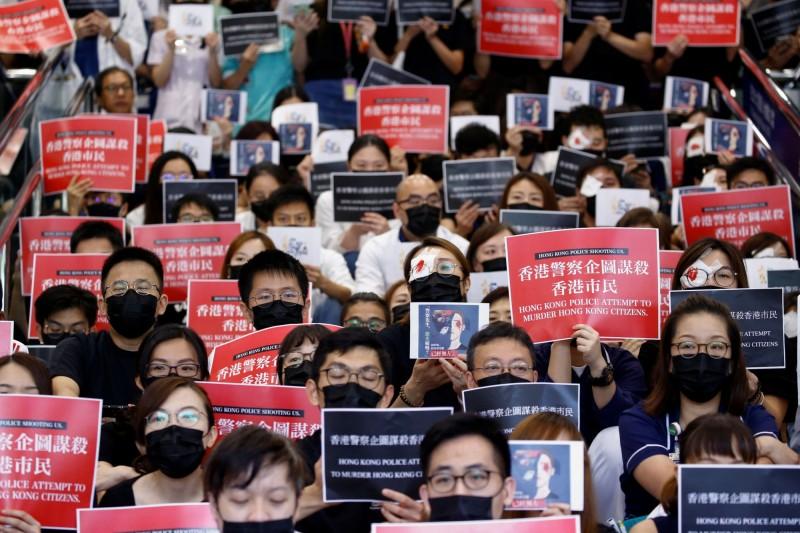 香港醫護人員日前用紗布遮蓋右眼,聲援日前在示威行動上,被港警擊射導致右眼恐失明的女子。(資料照,路透)