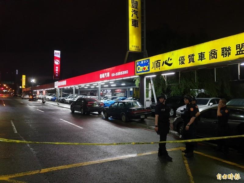 桃園市驚傳歹徒持槍彈挾持人質案,警方封鎖現場。(記者周敏鴻攝)