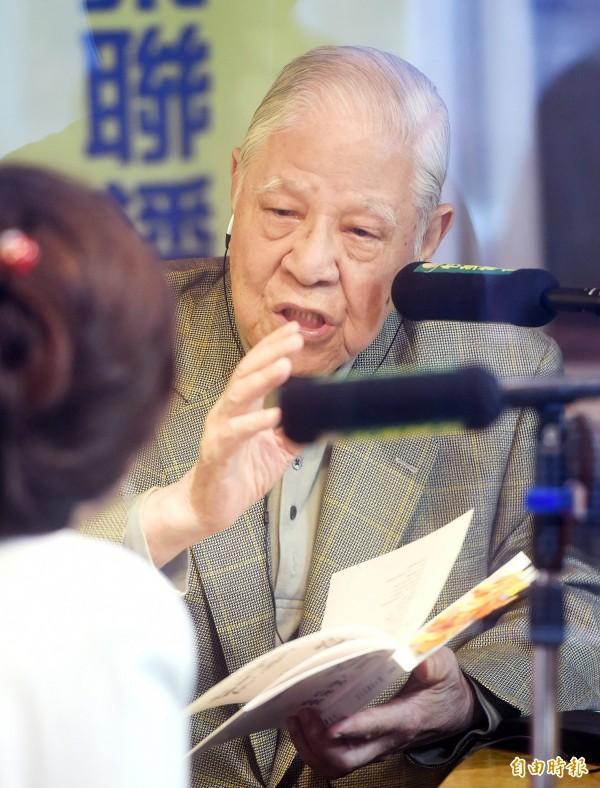 李登輝今日到成大演講,有一名中國籍學生突然舉手發問,諷刺台灣這麼小,領導者不專制怎麼行,這樣也避免選舉麻煩,以後抽籤決定就好。(資料照,記者方賓照攝)