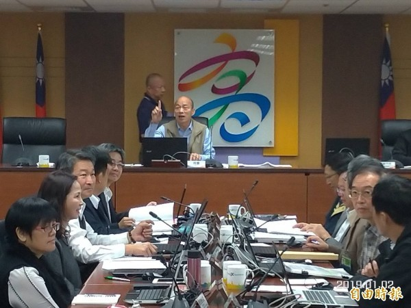 高雄市長韓國瑜昨天在市政會議上首度發飆,大罵「什麼態度」,讓現場氣氛降至谷底。圖為韓國瑜1月初主持任內第一場市政會議。(資料照)
