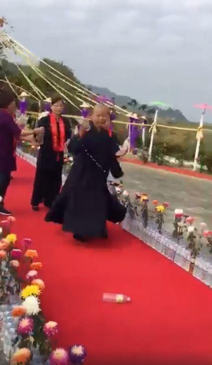 南投龍華山善覺寺的祈福法會上,惠嚴法師一邊轉圈一邊灑水前進。(圖擷取自臉書)