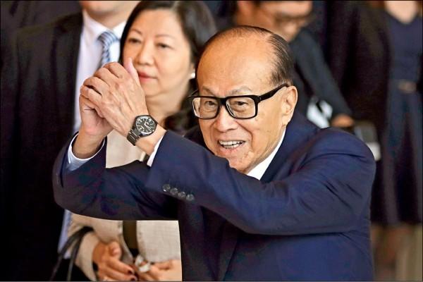 李嘉誠雖然身家縮水43億美元(約台幣1300億元),但仍以317億美元(約台幣9774億元)資產連續21年蟬連香港首富。(美聯社)