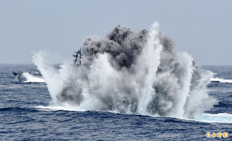 錦江級艦投放深水炸彈執行緊急攻潛行動。(記者廖振輝攝)