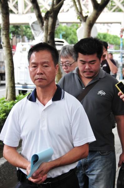 北捷喋血案罹難者潘碧珠丈夫邱木森(左)及兒子,到新北地檢署領取死亡證明書並觀看捷運車廂內監視器畫面。(記者李忠憲攝)