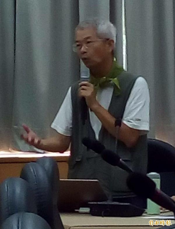 荒野保護協會新竹分會副分會長許天麟說,使用除草劑維護道路景觀,但是傷害的是整個生態環境。(記者黃美珠攝)