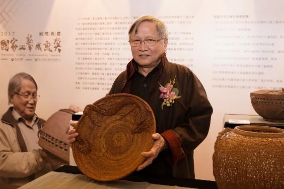 張憲平大師與作品《龍蟠,2000》。(文化部提供)
