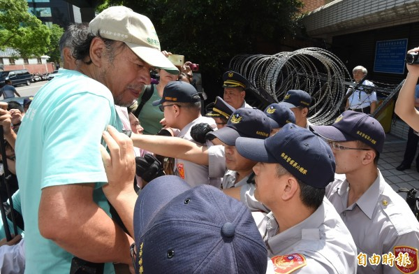自由台灣黨主席蔡丁貴帶領民眾到外交部領務局抗議,痛批中華民國是「流亡政府」,支持「台灣國」護照貼紙。(記者劉信德攝)