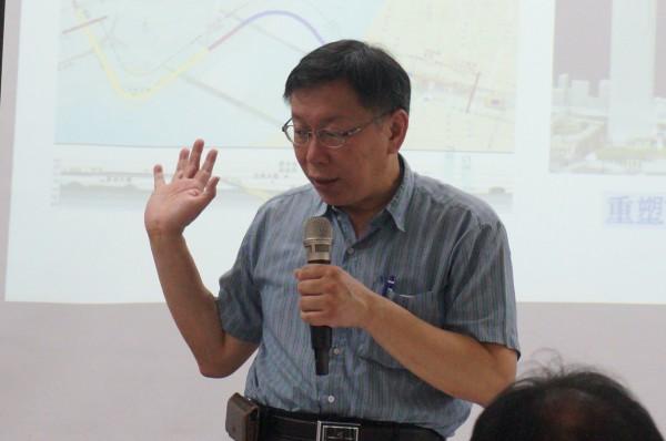 無黨籍台北市長參選人柯文哲因為對設計專業的尊重,故事被分享出去後,獲得網友大力讚賞。圗為柯文哲應台灣希望工程學會之邀,至台北市萬華區演講。(記者涂鉅旻攝)