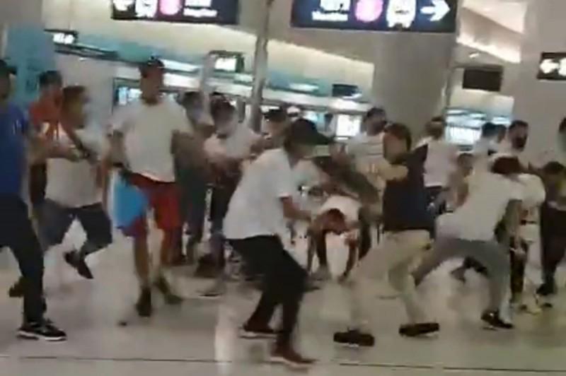 721元朗地鐵站發生白衣人無差別攻擊事件至今滿月。香港警方逮捕28人涉案人,如今仍沒有一個人被立案起訴。(法新社)