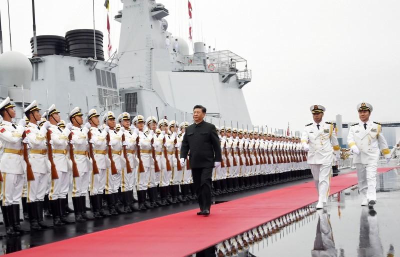 中國海軍成立70週年今天在青島舉行海上閱兵,中國國家主席、中央軍委主席習近平也登上檢閱艦出港,檢閱艦艇和艦載機群。(路透)