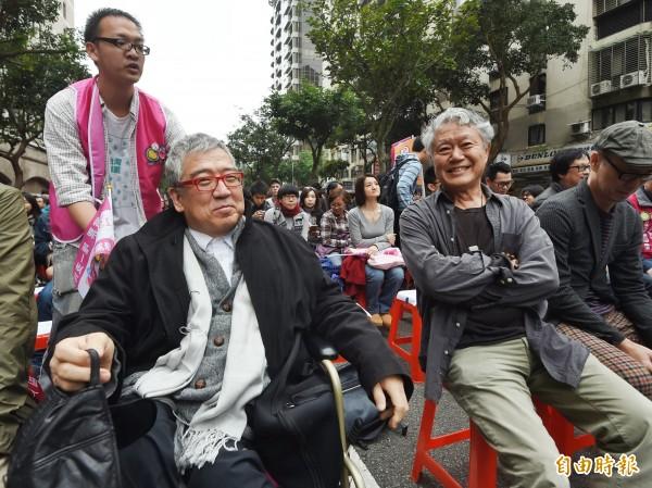 綠社盟造勢活動,蔣勳(右).前國策顧問郝明義(左)出席站台。(記者方賓照攝)