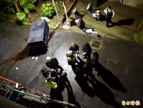 台大校園內20日凌晨驚傳潑灑不明液體事件,警方趕赴現場進行調查。(記者黃耀徵攝)